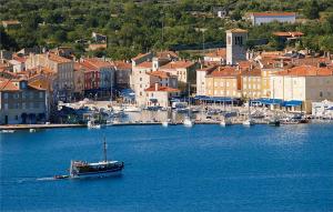 Cres, mali grad uzavrele političke situacije
