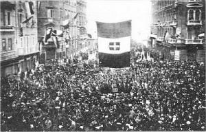 Na fotografiji prepune ulice Rijeke s početka 20. stoljeća gdje građani slave pripojenje Rijeke Italiji. Talijani i oni koji su se takvima osjećali činili su tada većinu stanovnika Rijeke (tada bez Sušaka i Trsata) . Danas Talijana u Rijeci ima manje od 2%.