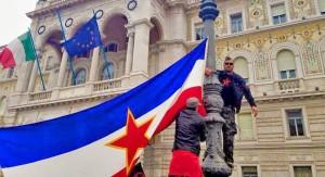 Štovatelji Tita izvjesili jugoslavensku zastavu usred Trsta (foto by: FB/Manco)