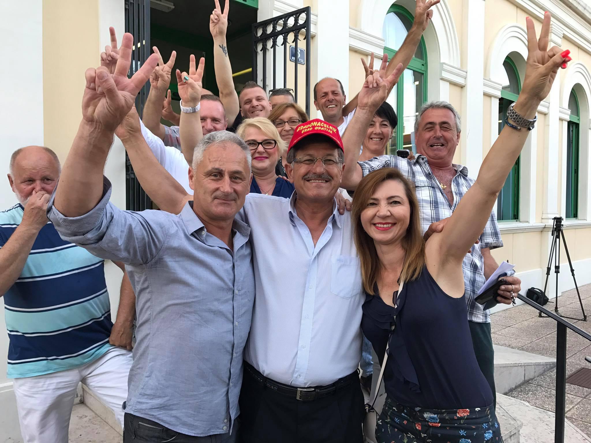 Ivo Dujmić sa svojom ekipom na dan izborne pobjede prije četiri godine  (foto: facebook)