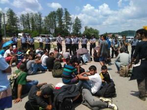 Dio ilegalnih imigranata zaustavljenih na hrvatskoj granici u neposrednoj blizini Plitvičkih jezera.